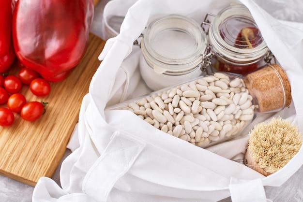 Naczynia kuchenne z deską do krojenia i szklane pojemniki wielokrotnego użytku ze składnikami żywności
