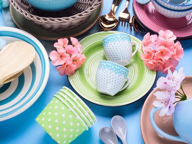 Naczynia stołowe ustawione na niebieskim tle pastelowych