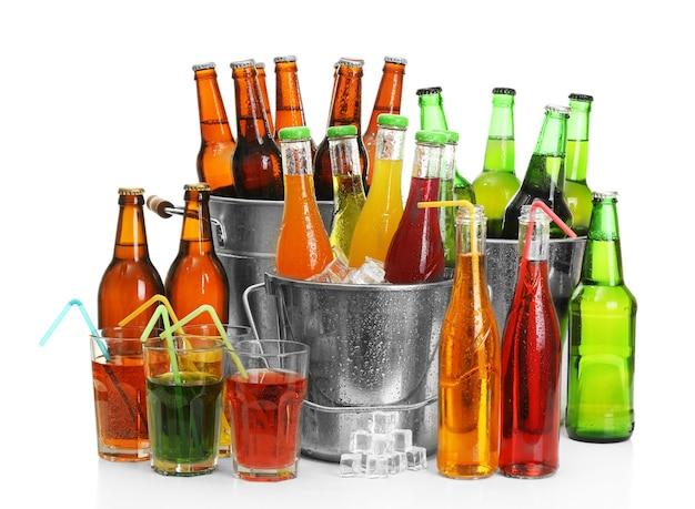 Naczynia szklane różnych napojów na białym tle