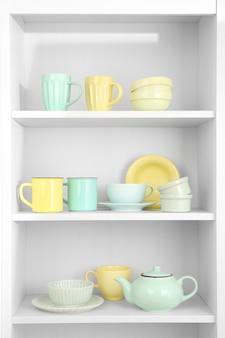Naczynia w szafce w kuchni