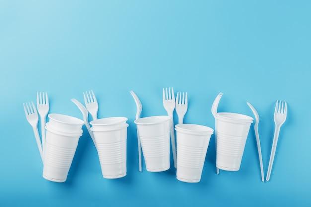 Naczynia wykonane z białego plastiku na niebiesko.