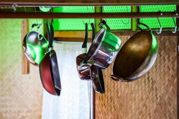 Naczynia ze stali nierdzewnej wiszące w kuchni, zestaw naczyń