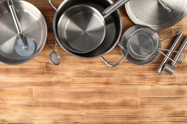 Naczynie kuchenne na drewnianym stole, miejsce na tekst.