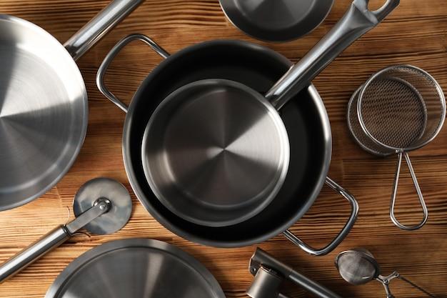 Naczynie kuchenne na drewnianym stole, widok z góry.
