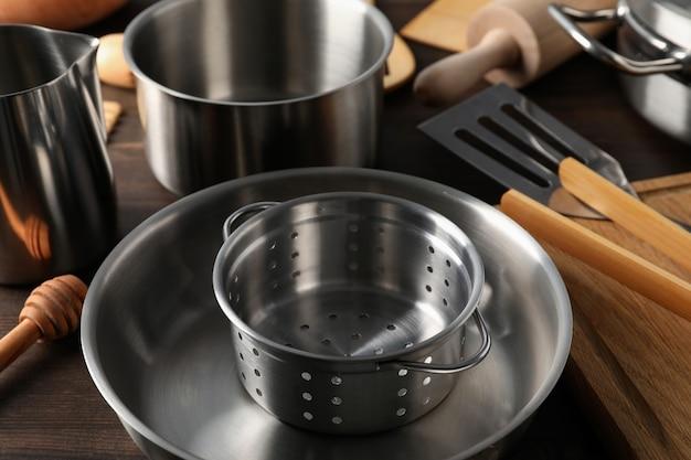 Naczynie kuchenne na drewnianym tle, z bliska.