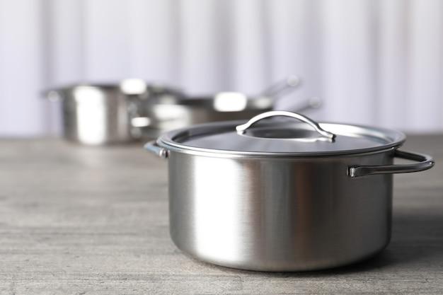 Naczynie kuchenne na szarym teksturowanym stole, selektywny fokus.
