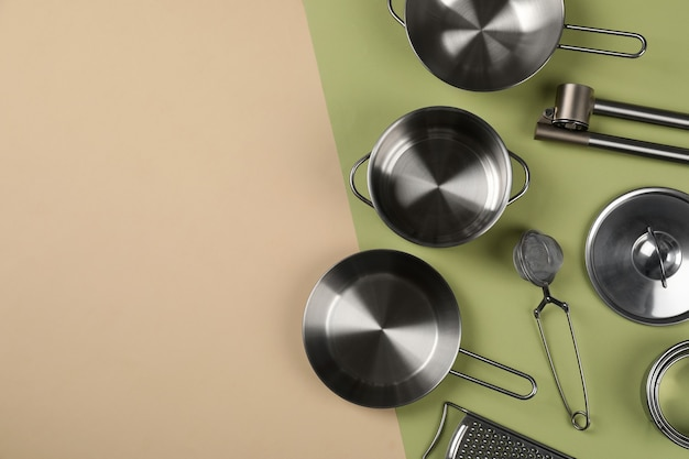 Naczynie kuchenne na tle dwóch odcieni, widok z góry.