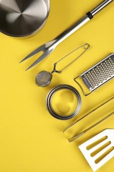 Naczynie kuchenne na żółtym tle, miejsca na tekst.