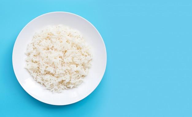 Naczynie ryż na błękitnym tle.