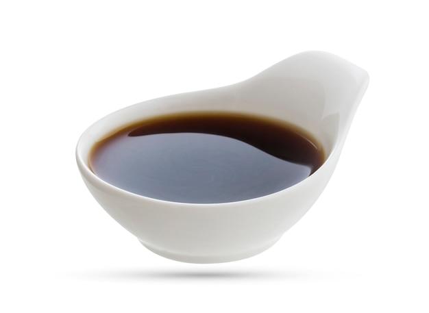 Naczynie sosu sojowego na białym tle