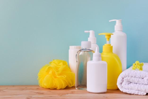 Naczynie z produktami do pielęgnacji ciała, rolką ręczników i myjką. higiena dziecka.