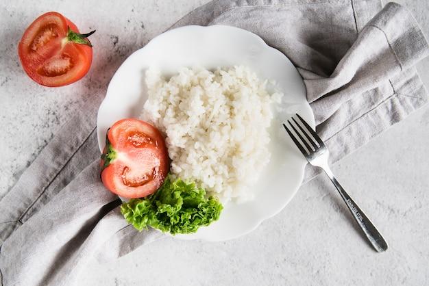 Naczynie z ryżem, pomidorami i pietruszką