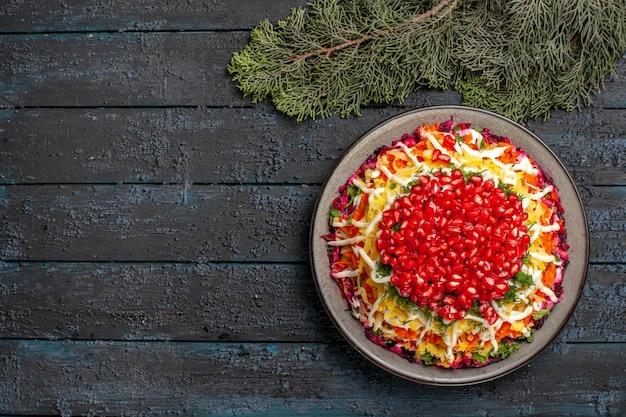 Naczynie z widokiem z góry i gałęzie świerkowe naczynie świąteczne i gałęzie świerkowe na ciemnym stole