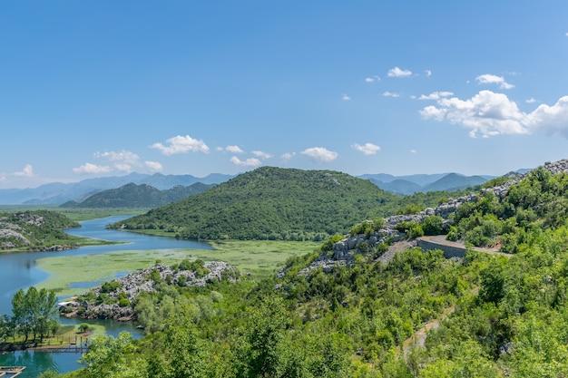Nad brzegiem malowniczej rzeki położona jest mała wioska rybacka