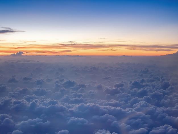 Nad chmurami zmierzch niebo na wysokim poziomie z samolotu, puszyste chmury jak niebo