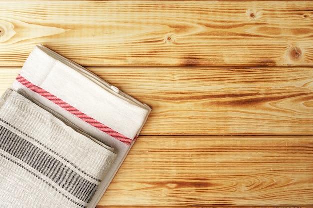 Nad drewnianym stołem ręcznik kuchenny lub serwetka. ścieśniać.