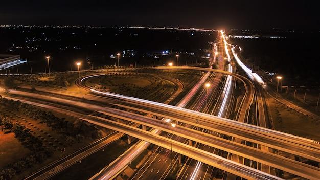 Nad drogową miasto autostradą przy nocą