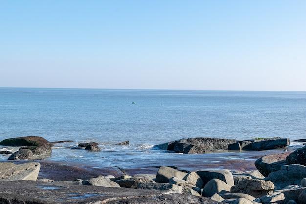 Nad morzem są wszelkiego rodzaju rafy, błękitne niebo i morska woda