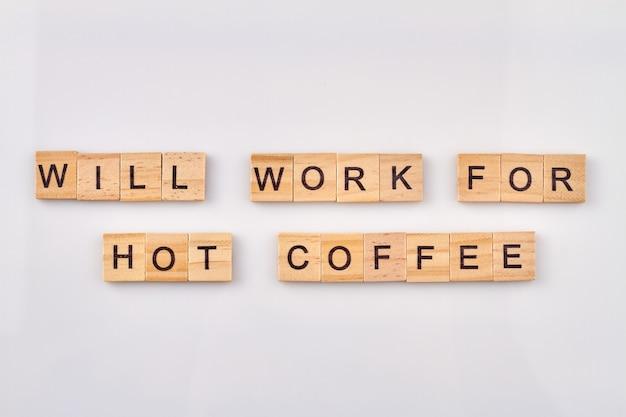 Nadaje się do gorącej kawy. alfabet drewniane klocki z literami na białym tle.