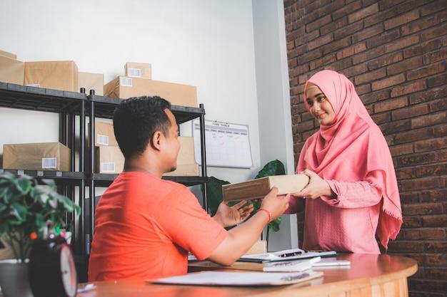 Nadanie paczki do usługi dostawy