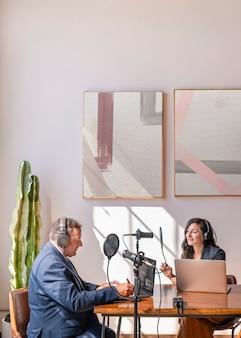 Nadawca przeprowadza wywiad ze swoim gościem w studiu