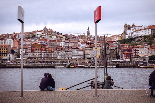 Nadbrzeże porto po drugiej stronie rzeki douro w vilanova de gaia