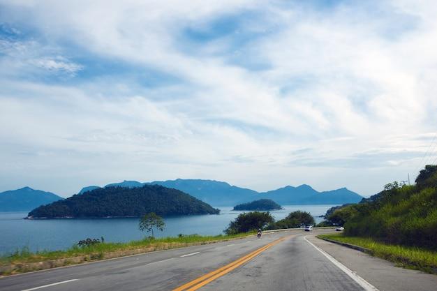 Nadbrzeżna droga z lasem tropikalnym w brazylii