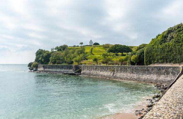 Nadmorska ścieżka z grande plage do parc de sainte barbe w saint jean de luz, wakacje na południu francji, francuski kraj basków