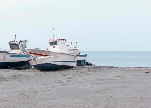 Nadmorski krajobraz z łodziami