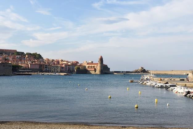 Nadmorskie miasteczko collioure i kościół notre dame des anges, collioure, roussillon, oriental pyrinees,