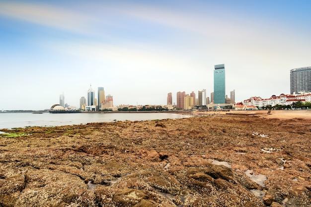 Nadmorskie miasto qingdao miejski architektoniczny krajobraz panoramę