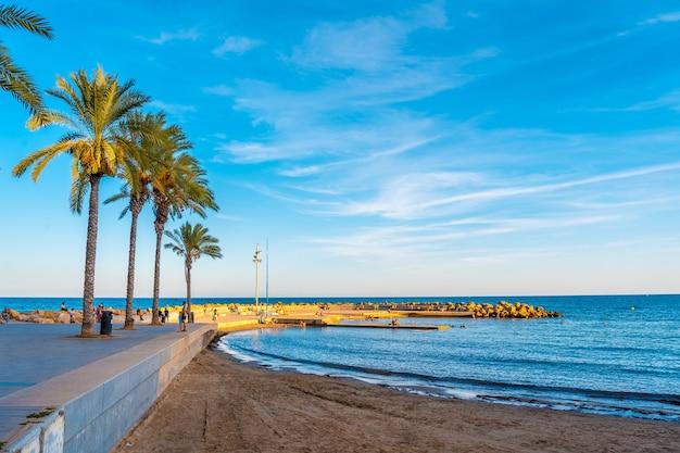 Nadmorskie miasto torrevieja, alicante, wspólnota walencji. hiszpania, morze śródziemne
