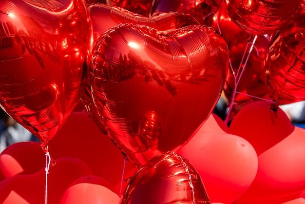 Nadmuchane czerwone balony w kształcie serca