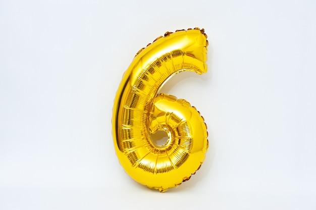 Nadmuchiwana cyfra 6 błyszczący metaliczny złoty kolor na białym tle