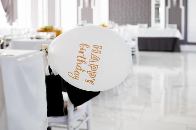 Nadmuchiwana warstwa z napisem happy birthday w restauracji.