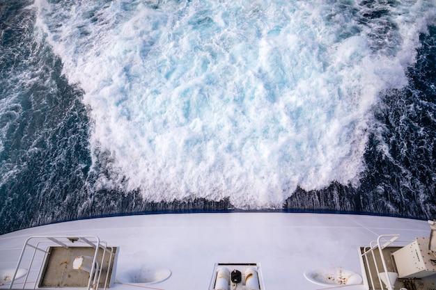 Nadruk śladu na powierzchni wody za statkiem wycieczkowym