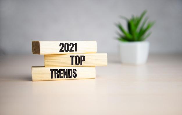 Nadruk trendów 2021 na drewnianych kostkach