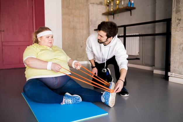 Nadwaga kobieta uprawia sport