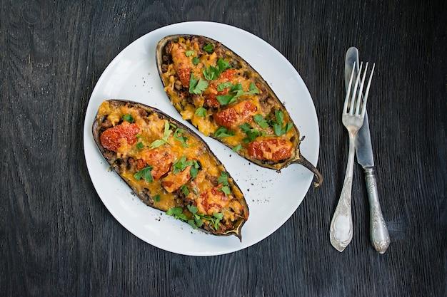 Nadziewany bakłażan. bakłażan z mielonym mięsem, warzywami i ziołami.
