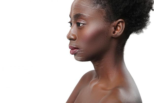 Naga czarna kobieta w profilu