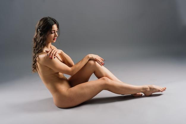 Naga kobieca sylwetka, młoda uwodzicielska kobieta z nagim ciałem