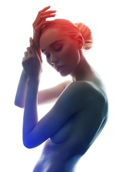 Naga kobieta z idealnym ciałem na białym tle, izolat. pełen wdzięku art naga blondynka erotyczna pozowanie, czysta gładka skóra