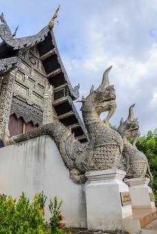 Naga statua przy wata chedi luang świątynią w chiang mai, tajlandia