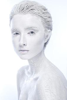 Naga zamarznięta śniegiem kobieta, kobieta zmysłowości pokryta lodem.
