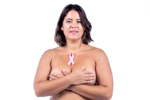 Nagie dziewczyny kaukaski z wstążką raka piersi na białym tle.