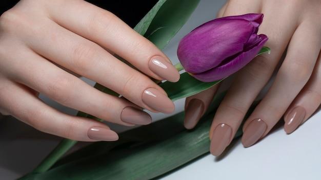 Nagie paznokcie z kwiatem