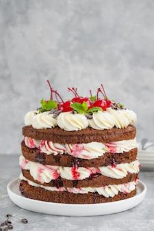 Nagie tort szwarcwaldzki ciasto z gorzkiej czekolady z bitą śmietaną i wiśniami