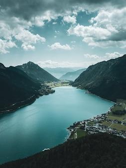 Nagła chmura deszczowa zbliża się do górskiego jeziora achen w tyrolu w austrii.