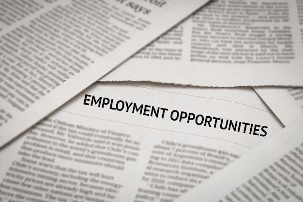 Nagłówek dotyczący możliwości zatrudnienia na tle gazety
