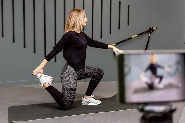 Nagraj lekcję wideo na temat treningu sportowego na siłowni dla kanału w internecie. indywidualna zdolność do izolacji z powodu pandemii wirusa grypy.